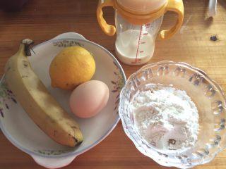 香蕉鬆餅,準備好材料 牛奶我直接用我家寶寶的奶粉沖了60ml,奶粉有甜,熟香蕉也是甜的,所以不需要糖