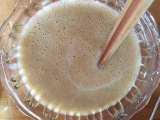 香蕉鬆餅,倒入牛奶,拌均