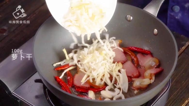 萝卜干炒腊肉-经典不衰的腊味美食,倒入泡发后的萝卜干进行翻炒