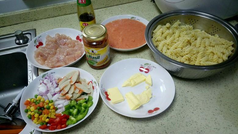 鸡胸肉蟹肉意大利面,所有材料都准备好,就可以开始炒了