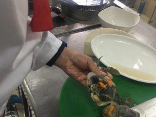 葱姜高蟹,蟹洗净后切块