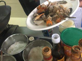 葱姜高蟹,加盐味精料酒腌制