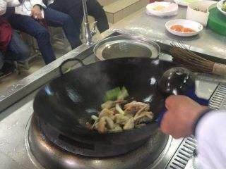 葱姜高蟹,下蟹翻炒均匀调味