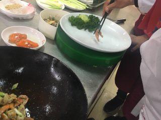 葱姜高蟹,摆盘