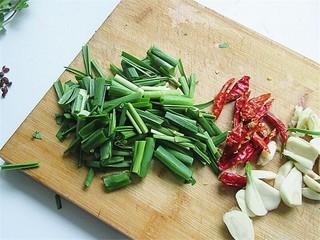 开胃麻辣螺蛳,将葱蒜切段,辣椒对半切、蒜瓣和生姜切片备用