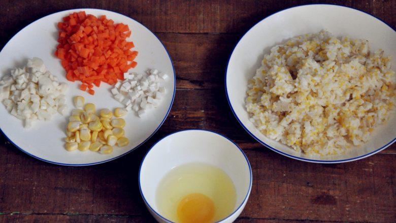 五谷杂粮炒饭,杂粮饭煮好了,准备炒饭的食材。