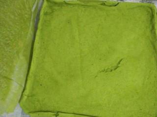 抹茶戚风蛋糕卷,烤好取出立刻撕去烤纸并加盖新的烤纸