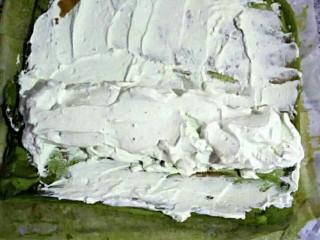 抹茶戚风蛋糕卷,打发好的奶油涂抹在蛋糕体上,卷成蛋卷