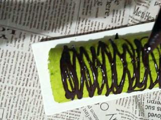 抹茶戚风蛋糕卷,巧克力酱手感微温时挤在蛋糕卷上装饰完工