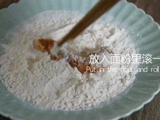 无需刀工,超简单的椒盐排条,粘好蛋液的排条放到干面粉里滚一下