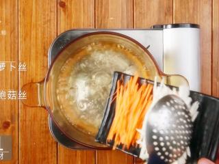 香煎虾饼-宝妈首选的补钙儿童餐,清水煮沸,倒入50g胡萝卜丝、50g杏鲍菇丝