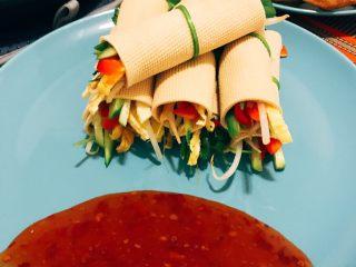 蔬菜豆皮卷,配上蒜茸辣酱 美味佳肴就这么简单的完成了 。