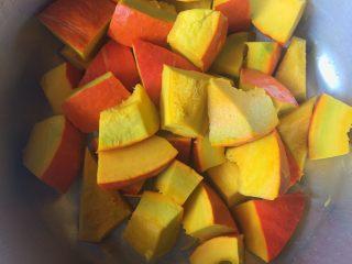 煲炖花生小金瓜,南瓜的表皮刮洗干净,去除里面的组织切成小块