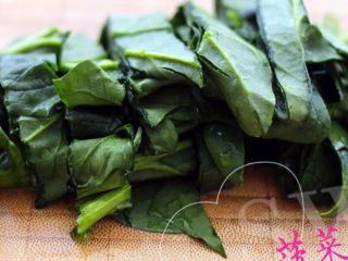 翡翠鲅鱼酸汤馄饨,菠菜洗净后切块