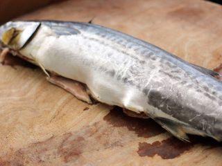 翡翠鲅鱼酸汤馄饨,把鲅鱼取五脏、洗净备用