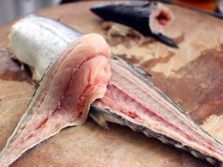 翡翠鲅鱼酸汤馄饨,然后从鲅鱼的尾部开始用刀往上片鱼、如图