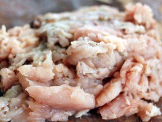 翡翠鲅鱼酸汤馄饨,鱼肉片好了……