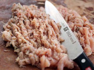 翡翠鲅鱼酸汤馄饨,用刀剁碎、其中分三次加入30克清水、因为不加水、鱼肉会发粘、不好剁、口感也不好吃
