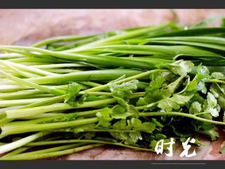 翡翠鲅鱼酸汤馄饨,韭菜和香菜提前摘干净、然后洗净备用……