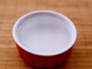 翡翠鲅鱼酸汤馄饨,准备一个平常做布丁的小碗、倒入清水、在馅中分3此加入、这样打出来的馅、才会鲜美无比、而且都是一咬一包汤哟、想想口水就下来了……😂🍲🍲