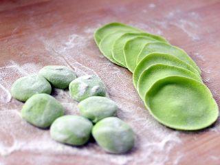 翡翠鲅鱼酸汤馄饨,醒发好的面、排气揉成光滑的长条、切成剂子、然后擀皮开始包馄饨了
