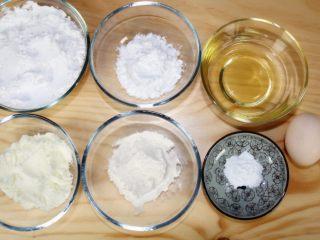 旺仔小馒头,准备好食材:马铃薯淀粉、低筋面粉、玉米油、奶粉、糖粉、鸡蛋液、泡打粉。