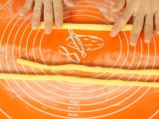 旺仔小馒头,取小团面团,在垫板上搓成均匀的长条。