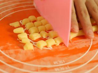 旺仔小馒头,切成大小均匀的段,大小跟花生粒差不多,具体大小自己定哈(大的需要烤的时间久一点)。