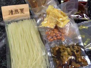 柳州螺蛳粉,打开袋装螺蛳粉,取出所有材料