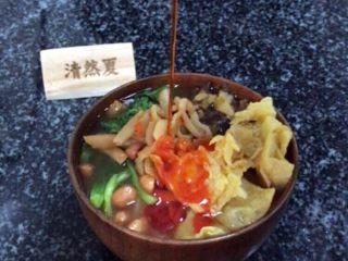 柳州螺蛳粉,根据个人口味添加辣椒油,当然是倒完一整包,越辣越过瘾!