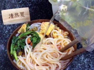 柳州螺蛳粉,根据个人口味添加泡椒水!