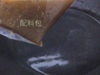 柳州螺蛳粉,烧一碗热水,倒入螺蛳粉汤料包