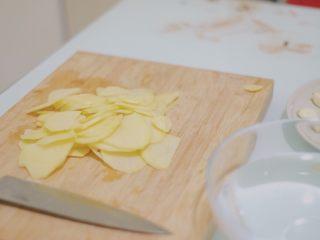 青椒香肠土豆片,土豆先对半切开,然后切片
