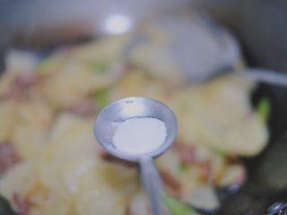 青椒香肠土豆片,大火翻炒一分钟左右,放适量的盐