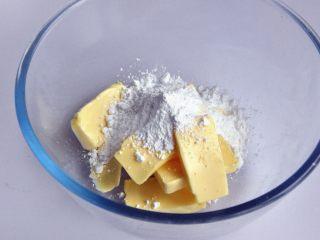 凤梨酥,取一个法焙客玻璃打蛋盆,将黄油切软化后,加入糖粉。(最近的天气很冷,,即使把黄油放室温一天,也达不到我们想要那种状态,这个时候,先把黄油切小