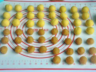 凤梨酥,将馅和皮分成小球,馅14克,皮21克,配方的量刚好是26个皮。