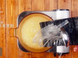 咖喱牛丸粉汤-好吃不将就的快手菜!,倒入适量水发宽粉