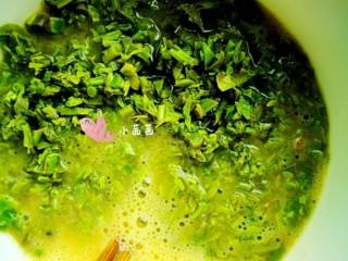 香椿鸡蛋,将切好的香椿倒入蛋液中搅拌