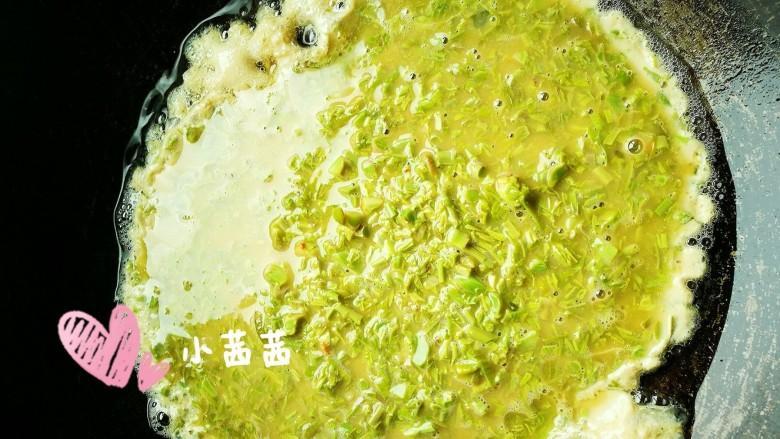 香椿鸡蛋,将搅拌好的香椿蛋液倒入热锅中(我的有稍微放多了一点点)