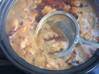 鲜笋炖肉,添热水放入沙煲,炖10分钟!撇出浮末!