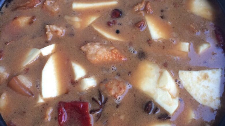 鲜笋炖肉,放入鲜笋小火炖至汤汁剩的很少!