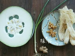 竹荪干贝冬瓜汤,准备好材料。