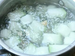 竹荪干贝冬瓜汤,继续转小火煮20分钟。