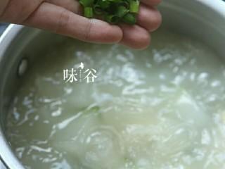 竹荪干贝冬瓜汤,关火前撒上葱花即可。