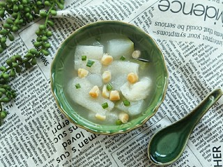 竹荪干贝冬瓜汤,端碗盛出……