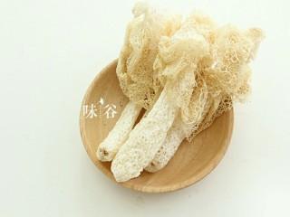 """竹荪干贝冬瓜汤,<a style='color:red;display:inline-block;' href='/shicai/ 237/'>竹荪</a>是一种隐花菌类,形状略似网状干白蛇皮,它有鹅蛋黄的菌帽,雪白色的圆柱状的菌柄,被人们称为""""雪裙仙子""""、""""山珍之花""""、""""真菌之花""""、""""菌中皇后""""。竹荪营养丰富,香味浓郁,滋味鲜美,自古就列为""""草八珍""""之一。"""