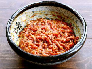 鲜肉荠菜馄饨,把馅儿拌匀,多用筷子顺同一方向搅拌,让肉馅儿把鸡蛋全部吸收进去,这样馅儿会多汁且滑腻。然后腌制十多分钟。