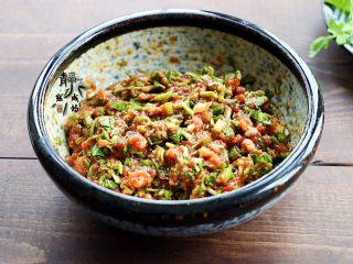 鲜肉荠菜馄饨,淋入香油,拌匀即可,馄饨馅儿就调好了。