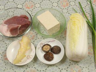 豆腐丸子汤,准备的材料有:猪肉、老豆腐、娃娃菜、葱、香菇、姜。