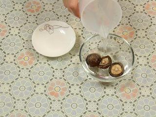 豆腐丸子汤,用温水泡发香菇。